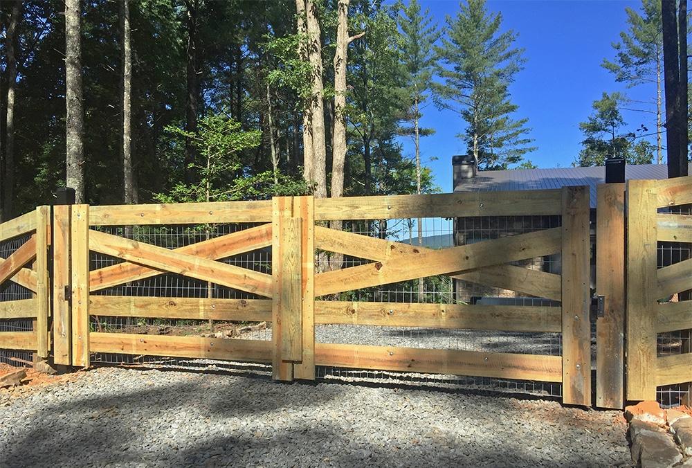 Cross-buck_style_driveway_entrance_gate